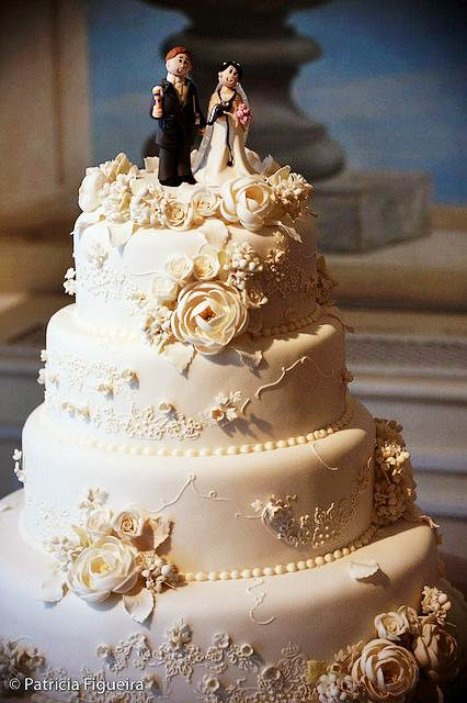 Os bolos confeitados para casamentos são, geralmente, de vários andares e mais trabalhosos