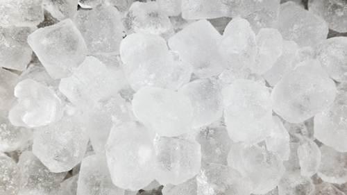 Gelo em cubo é o mais utilizado em festas, tanto para gelar as bebidas quanto dentro dos copos