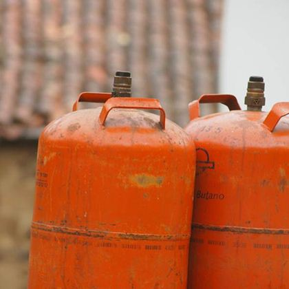 O gás butano, usado em todo o Brasil, é derivado do pretóleo e inodoro