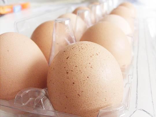 Dentro do grupos das espécies dos ovos existem tipos diferentes como os vermelhos e brancos