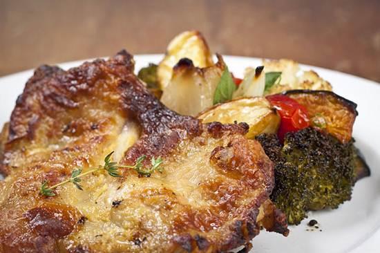 A carne de frango é o ingrediente principal em pratos de restaurantes