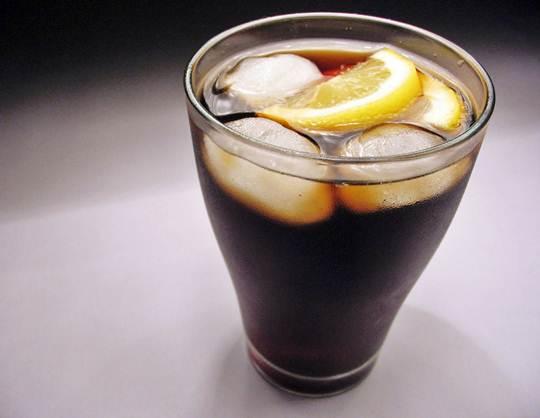 O refrigerante mais consumido é feito à base de coca, geralmente, são adicionados limão e gelo