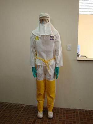 Para aplicação dos defensivos agrícolas o operador deve se proteger com roupas especiais