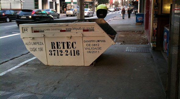 Caçamba aderida às regras dos números de telefones, mas é deixada em cima da calçada