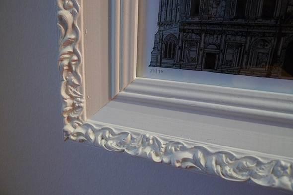 O gesso também é inserido na decoração, como em molduras de quadros