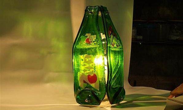 O vidro também é material reciclável, na imagem uma luminária feita de vidro reaproveitado