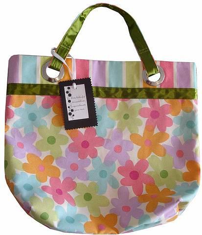 As bolsas de tecidos fazem sucesso entre as mulheres. Conhecidas como ecobags, as sacolas de compras também devem ser usadas diariamente