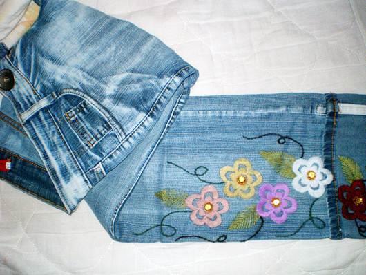 Customização de calça com bordado, tipo Ponto Cheio