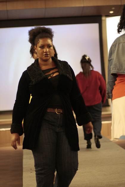 Demonstração de uma das possibilidades de usar um casado para alongar a silhuera, neste a modelo poderia estar usando uma blusa colorida, mas sem estampas