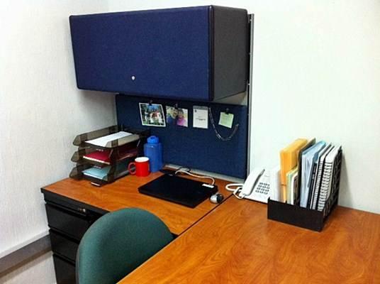 Mesa de escritório em L, com armário suspenso e acessórios porta trecos e documentos