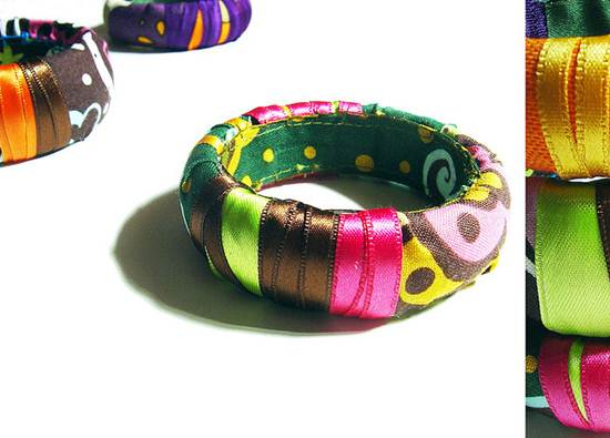 Acessórios feitos com restos de fitas e tecidos estão sempre na moda. A mistura de aviamentos com linhas e panos formam combinações únicas
