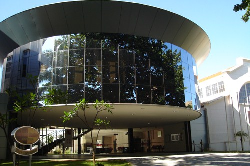 Segunda parte da fachada do Centro de Cultura José Maria Barra, teatro