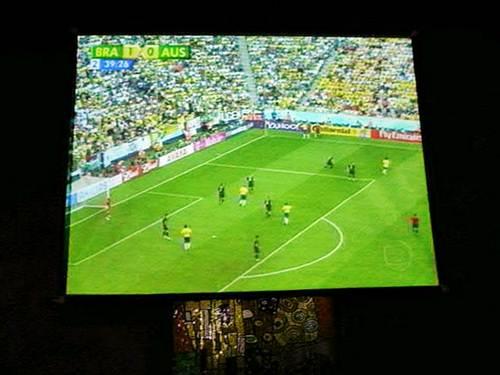 Donos de bares e restaurantes aproveitam a visibilidade dos telões para faturar mais, projetando as transmissões de jogos e de programas que o público gosta