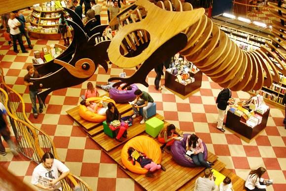 Além da transformação em cafeterias, outras livrarias chamam a atenção do público com um ambiente modificado e confortável