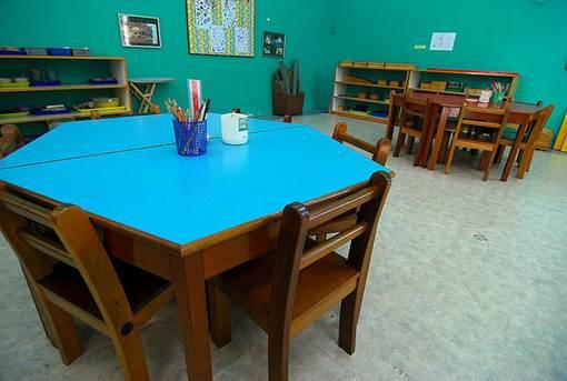 Em ambiente educaionais para crianças todos os elementos necessários, como mesas e cadeiras, devem ser adaptadas à elas