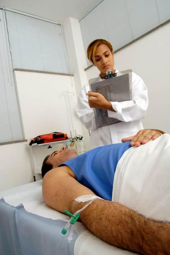 O enfermeiro aplica medicamentos e designa tarefas aos colaboradores