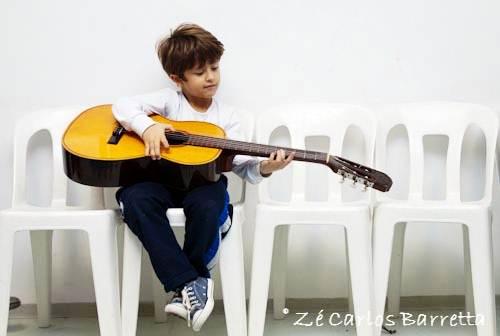 As escolas de música são ambientes para relaxar e aprender uma nova arte, sem restrição de idade