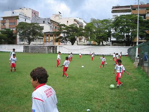 Para continuar a aprender futebol, os garotos devem seguir uma disciplina voltada aos estudos