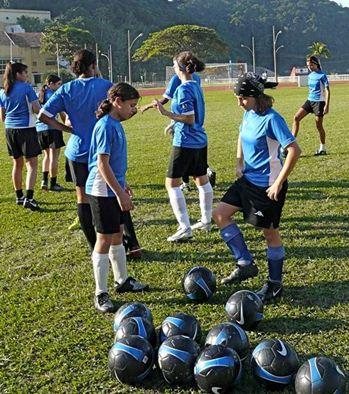 O que antes era só de meninos, hoje existem escolas especializadas no futebol feminino