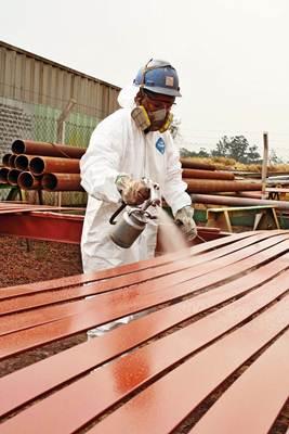 A pintura industrial requer cuidados antes e depois da aplicação da tinta, assim como manutenção periódica