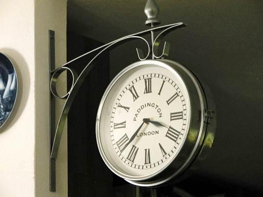 Assim como este relógio vários objetos são feitos de aço ou possuem este metal em sua composição