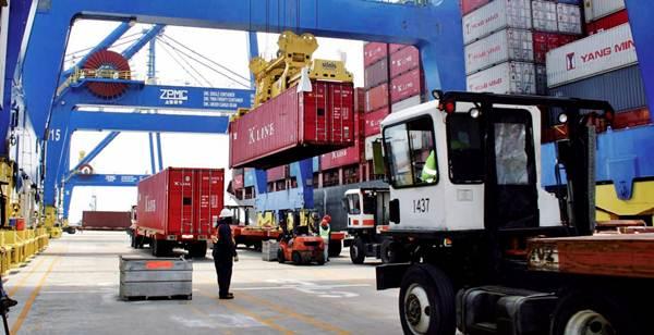 As transportadoras industriais levam até o destino final qualquer tipo de produto, além das terrestres ainda há o transporte aquático e aéreo
