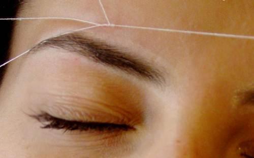 Extração de pelos da sobrancelha com linha