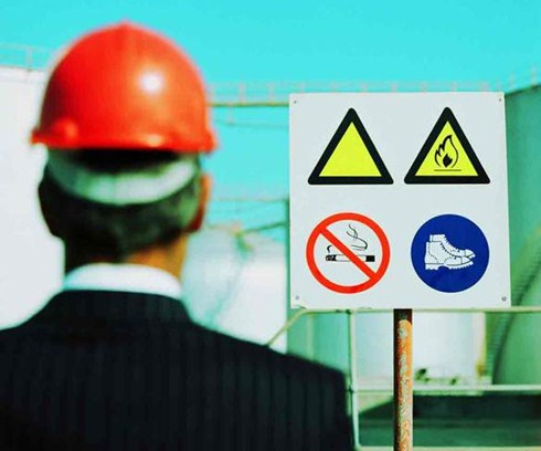 Todos os integrantes de empresas que oferecem risco devem estar devidamente protegidos e possuir placas de avisos nos locais