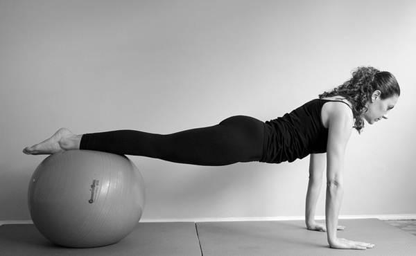 A bola é um dos objetos que auxilia a execução dos exercícios