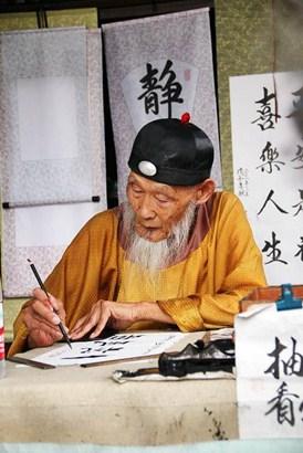 Nos países orientais a caligrafia com técnicas milenares e conservadoras são consideradas sagradas, tendo regras até nos materiais usados