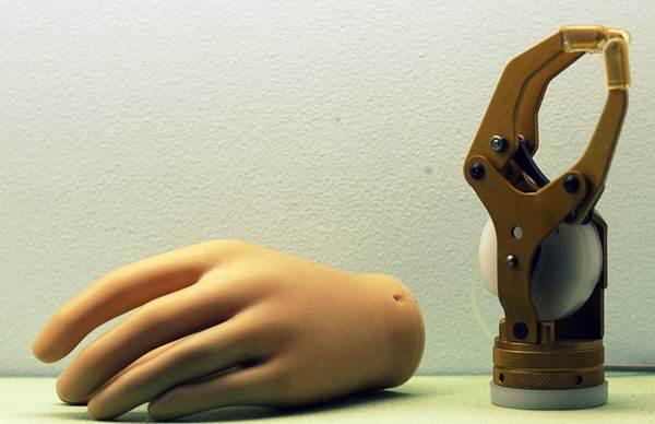 Mão mecânica projetada por engenheiros