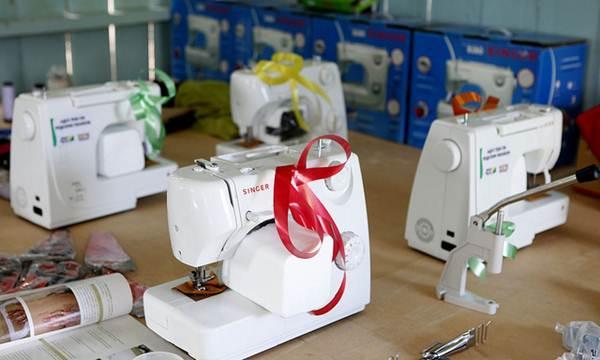 Máquinas de costura, compactas e modernas