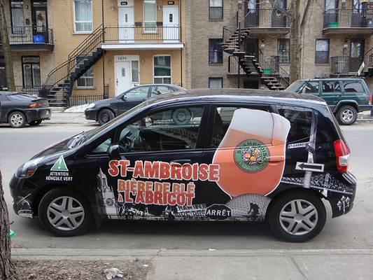 Carro plotado com propaganda de cerveja americana