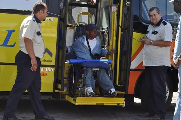 Os ônibus de transporte coletivo devem ser adaptados para receber usuários com necessidades especiais