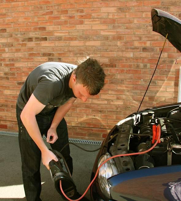 A bateria é responsável pela energia que acende as lanternas, liga o carro e mantem o som ligado. Sua vida útil é de quatro anos