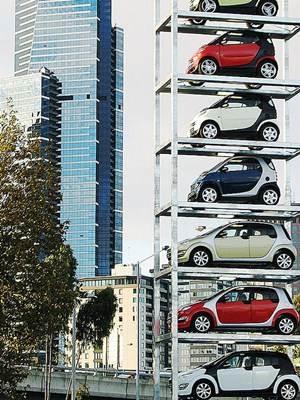 Carros novos expostos em vitrine criativa