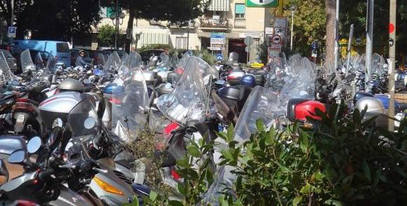 Os estacionamentos podem dividir seu espaço em motos e carros