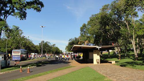 Ponto de ônibus coletivo - Campus Aeroporto da Universidade de Uberaba