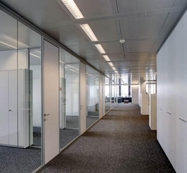 Nada é regra. A mescla dos materiais usados em divisórias de banheiros em escritórios tornam os ambientes mais ousados - Foto: Flickr @Ambiente Ufficio